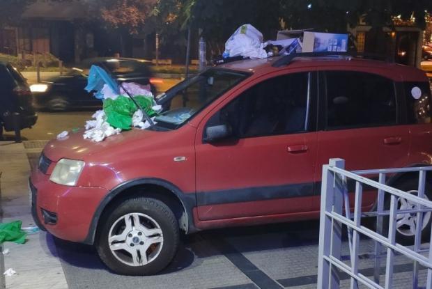 Θα το ξανακάνει; Στη Θεσσαλονίκη πάρκαρε το αυτοκίνητο σε πεζοδρόμιο και του το στόλισαν με σκουπίδια
