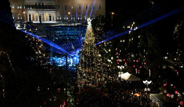 Φωταγωγήθηκε το χριστουγεννιάτικο δέντρο στο Σύνταγμα. Δείτε το υπερθέαμα στην βουλή