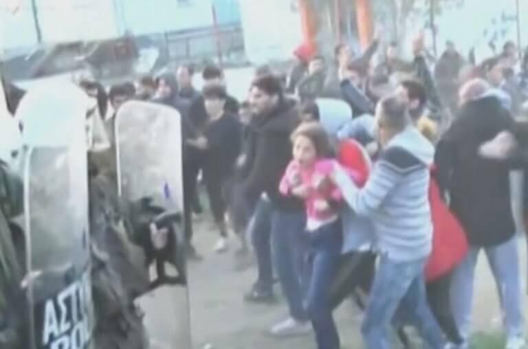 Καζάνι που βράζει η κατάσταση στα Διαβατά: Πέταξαν μικρό κοριτσάκι σε αστυνομικούς