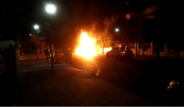 Συναγερμός στην Αγία Βαρβάρα: Έκρηξη σε αυτοκίνητο εκδότη έξω από ταβέρνα. Βίντεο