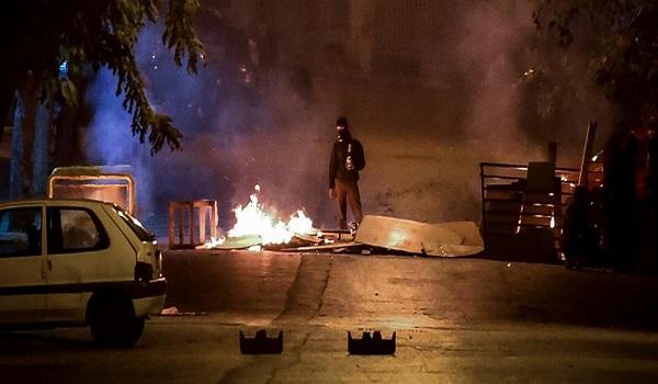 Πεδίο μάχης τα Εξάρχεια: Μολότοφ, πέτρες και χημικά - Τραυματίστηκε αστυνομικός