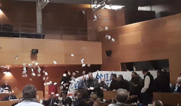 Εισβολή Χρυσαυγιτών στο δημοτικό συμβούλιο Θεσσαλονίκης. Χαμός με Μπουτάρη