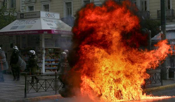 Πορεία στη μνήμη του Αλέξανδρου Γρηγορόπουλου: Μολότοφ, χημικά και προσαγωγές