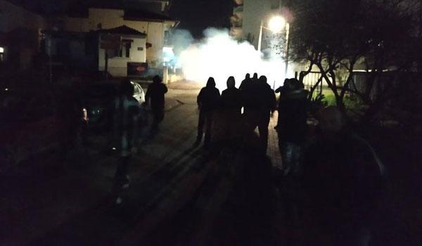 Επεισόδια με 3 τραυματίες και συλλήψεις σε σπίτια βουλευτών του ΣΥΡΙΖΑ