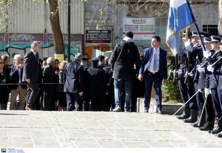 25η Μαρτίου: Η στιγμή που άνδρας προσπαθεί να επιτεθεί στον Πρόεδρο της Δημοκρατίας