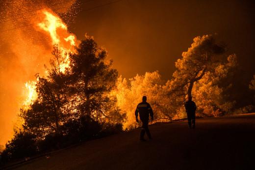 Πύρινη κόλαση στην Εύβοια: Μάχη στα περιφερειακά μέτωπα για να περιοριστεί η φωτιά