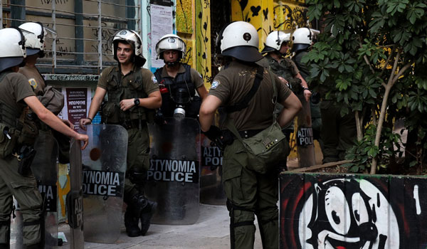 Επιχείρηση της αστυνομίας στα Εξάρχεια - Έφοδοι σε κτίρια