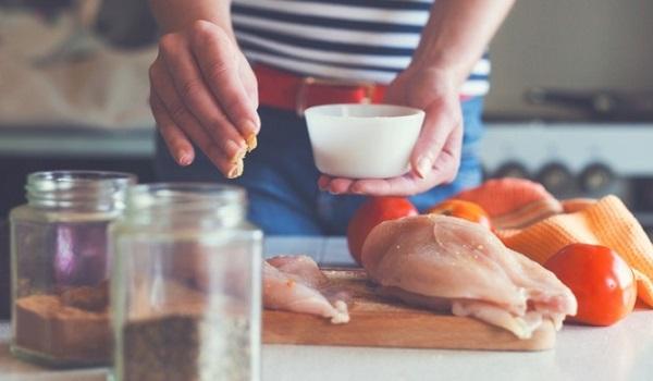 Δέκα επικίνδυνα λάθη που κάνουμε όλοι στο μαγείρεμα