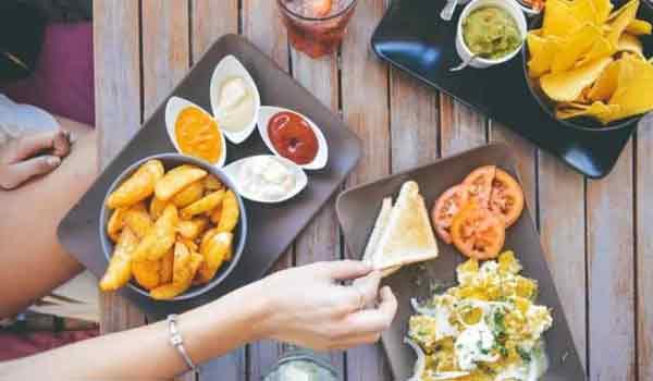Γκρεμίζεται ένας μύθος: Δεν παχαίνουμε τρώγοντας πριν κοιμηθούμε - Πού οφείλεται η παρεξήγηση