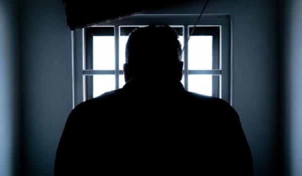 Βγήκε από τη φυλακή και βρέθηκε χωρισμένος και χωρίς σπίτι