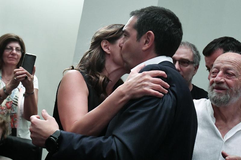 Η αγκαλιά και το φιλί της Περιστέρας Μπαζιάνας στον Αλέξη Τσίπρα, μετά την ήττα
