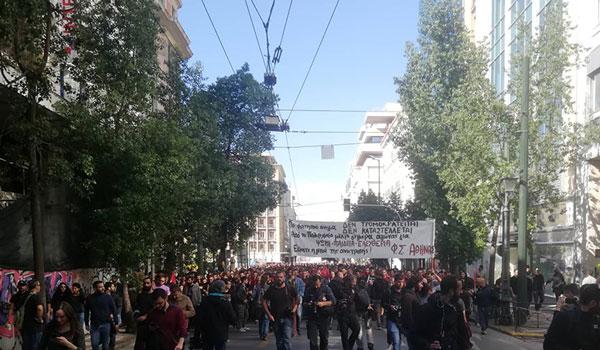 Πορεία φοιτητών στο κέντρο της Αθήνας:Τραυματίες φωτορεπόρτερ - φθορές σε καταστήματα