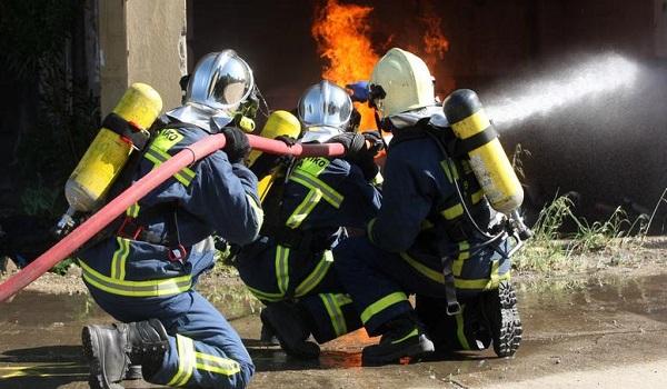 Υπό μερικό έλεγχο η φωτιά στη βιομηχανία  στα Οινόφυτα