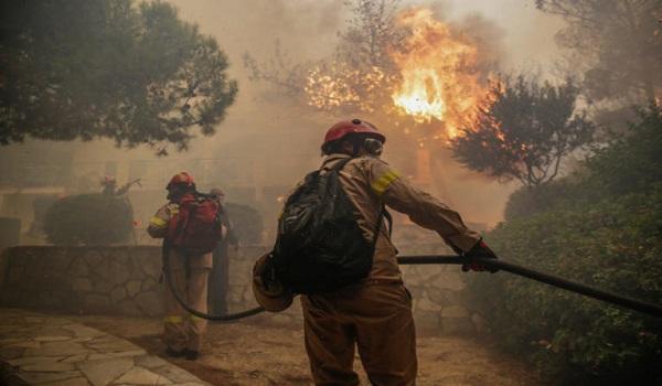 Ανεξέλεγκτη η φωτιά σε  Κινέτα, Πεντέλη - Κάηκαν σπίτια. Εγκλωβισμένοι στην περιοχή της Γαλήνης
