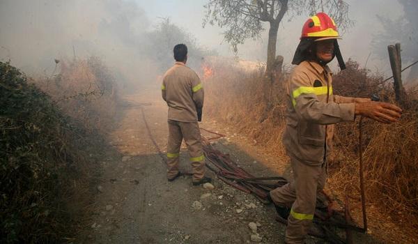 Ανεξέλεγκτη η φωτιά στη Σητεία: Κινδύνευσαν πυροσβέστες, απειλήθηκε οικισμός