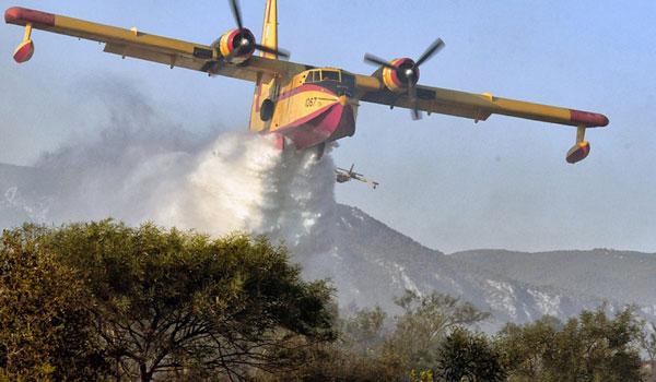 """Συνεχίζεται η """"μάχη"""" με τις φλόγες στο Λουτράκι - Υψηλός κίνδυνος πυρκαγιών και σήμερα"""