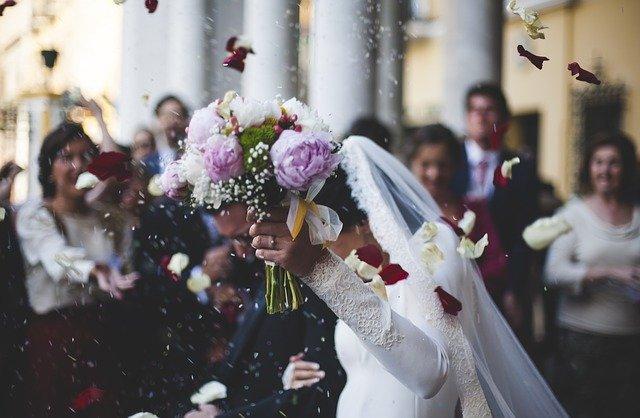 Ο γάμος σχόλασε νωρίς, λόγω συνωστισμού