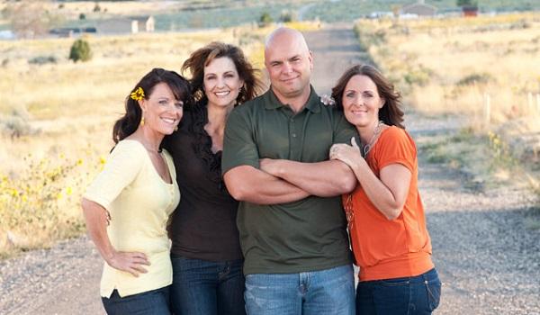 Είναι παντρεμένος με δίδυμες και την ξαδέρφη τους