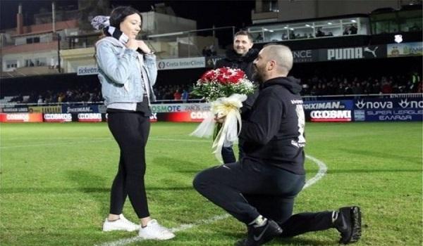 Πρόταση γάμου στο ημίχρονο με όλο το γήπεδο να αποθεώνει