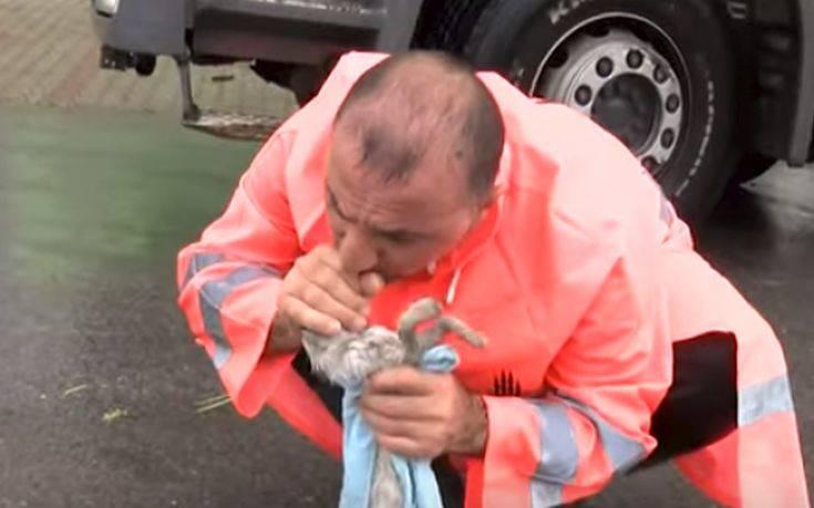 Άνδρας έσωσε γατάκι που πνίγηκε και έγινε viral