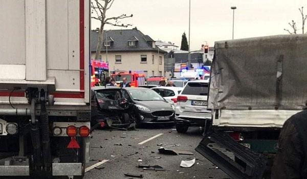 Γερμανία: Οδηγός έπεσε με κλεμμένο φορτηγό πάνω σε αυτοκίνητα - 16 τραυματίες