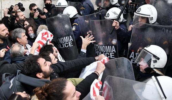 Γεροβασίλη εναντίον ΜΑΤ για τον τραυματισμό βουλευτή του ΚΚΕ
