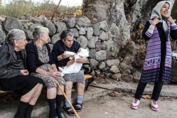 Λέσβος: Από αυτή τη φωτογραφία, μετά τη γιαγιά-Μαρίτσα, λείπει και ο πλάτανος