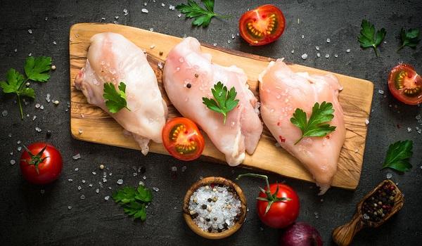 Βρετανίδα τουρίστρια πέθανε σε 36 ώρες από την κατανάλωση άψητου κοτόπουλου