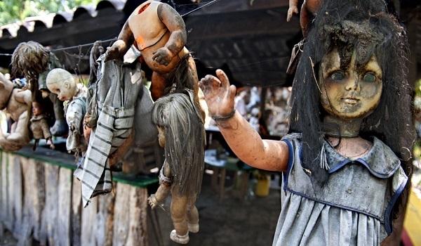 Μυστήριο: Οι δρόμοι γέμισαν με ακέφαλες κούκλες και μία πόλη έχει ξεσηκωθεί