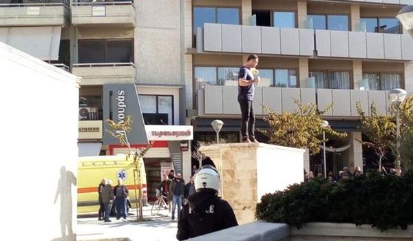 Άνδρας απειλεί να αυτοπυρποληθεί σε πλατεία στο Ηράκλειο Κρήτης