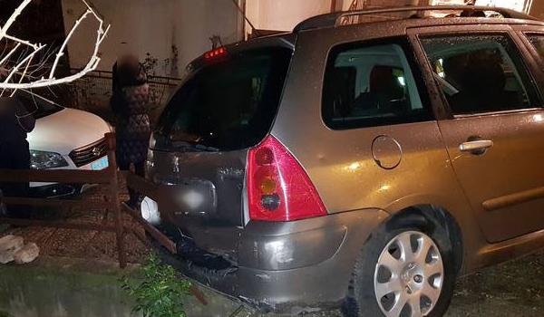 Λαμία: Γερανός της οδικής βοήθειας και χαλασμένο ΙΧ κατέληξαν σε αυλή σπιτιού