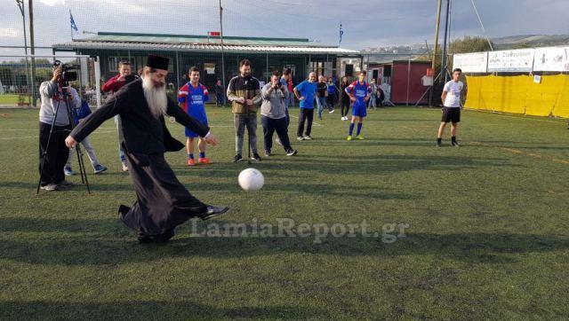Λαμία: Δεσπότης παίζει μπάλα με τα παιδιά και στέλνει την μπάλα με άψογο στυλ στην Μητρόπολη