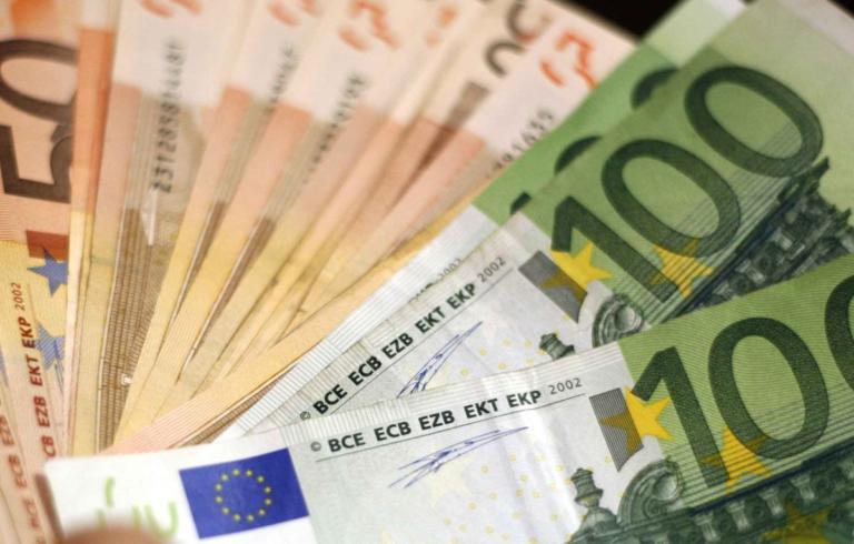 Ο Γερμανός που μοιράζει λεφτά - Αφήνει φακέλους με χιλιάδες ευρώ