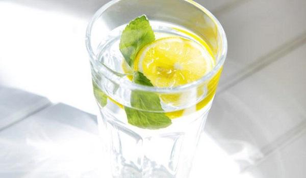 Τι θα συμβεί στον οργανισμό σας αν πίνετε νερό με λεμόνι κάθε πρωί