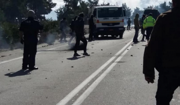 Λέσβος: Σφοδρές συγκρούσεις με ΜΑΤ - Τραυματίες πολίτες. Δακρυγόνα, χειροβομβίδες κρότου - λάμψης