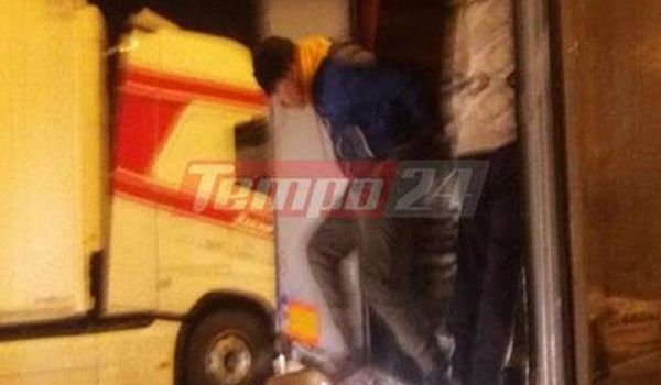 Σκηνές χάους στο λιμάνι της Πάτρας: Μετανάστες μπουκάρουν σε νταλίκες