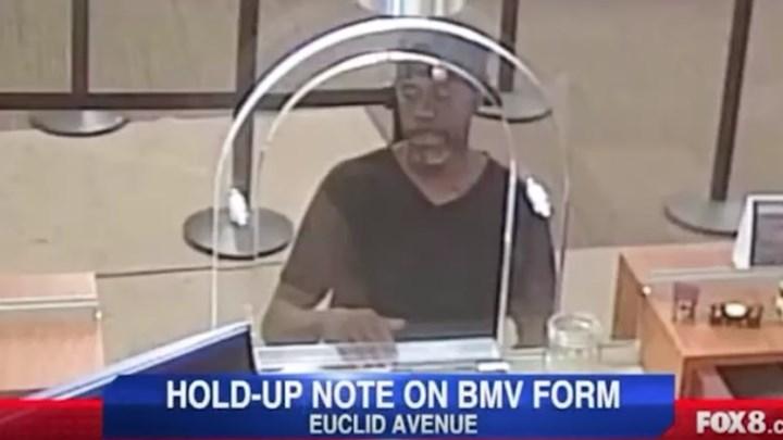 Επική γκάφα ληστή τράπεζα: Έδωσε σημείωμα στον υπάλληλο με το όνομα και τη διεύθυνσή του