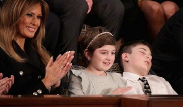 Viral έγινε ο 11χρονος Τραμπ που αποκοιμήθηκε ακούγοντας τον Ντόναλντ Τραμπ!