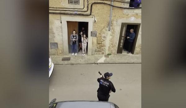 Μαγιόρκα: Αστυνομικοί τραγουδούν στους κατοίκους που βρίσκονται σε καραντίνα! Βίντεο