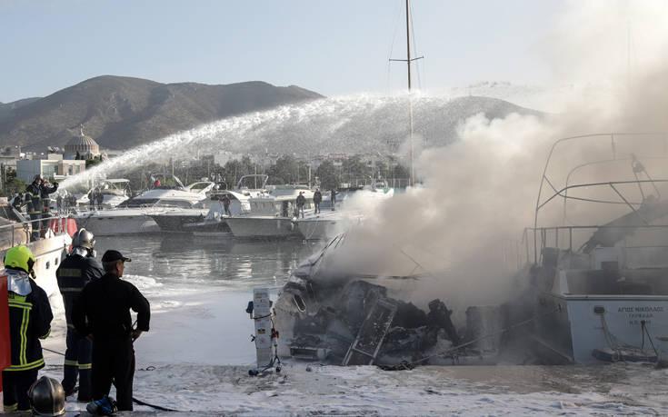 Φωτογραφίες από τη φωτιά στα σκάφη στη Μαρίνα Γλυφάδας. Μία γυναίκα πήδηξε για να σωθεί
