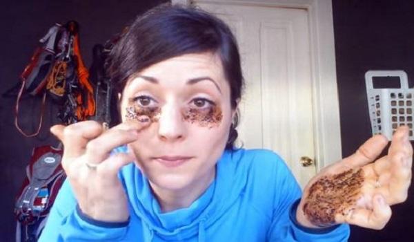Έβαλε καφέ κάτω από τα μάτια της – Δείτε τι πέτυχε