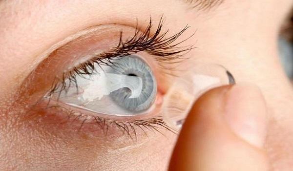 Γιατί δεν πρέπει να κοιμόμαστε ΠΟΤΕ με τους φακούς