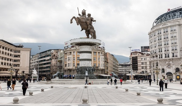 Πινακίδα με την ελληνική καταγωγή του Μεγάλου Αλεξάνδρου στα Σκόπια