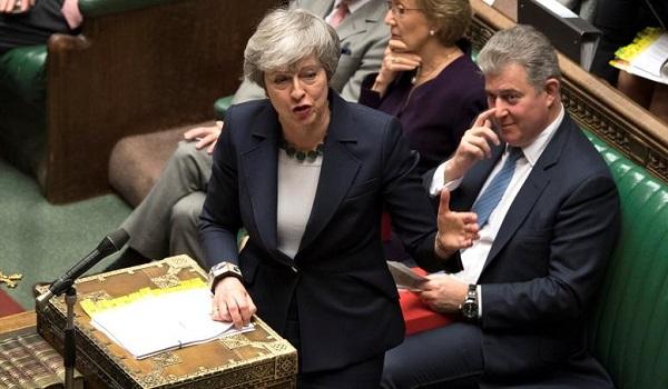 Τρίμηνη παράταση του Brexit ζήτησε η Τερέζα Μέι