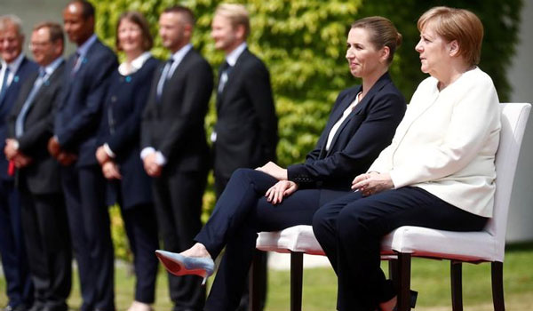 H Μέρκελ καλωσόρισε καθιστή την πρωθυπουργό της Δανίας