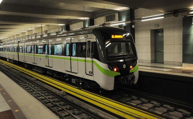Απίστευτη τύχη: Μετρό φρενάρει «μια τρίχα» πριν λιώσει γυναίκα στις γραμμές