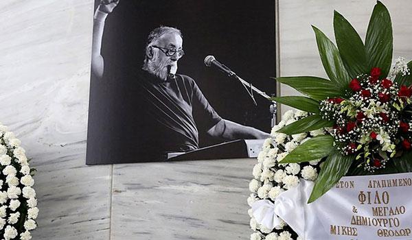Το τελευταίο χειροκρότημα στον Θάνο Μικρούτσικο - Ράγισαν καρδιές με τον επικήδειο της συζύγου του