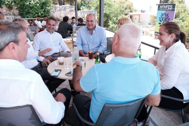 Για καφέ ο Κυριάκος Μητσοτάκης με τους υποψήφιους βουλευτές Χανίων