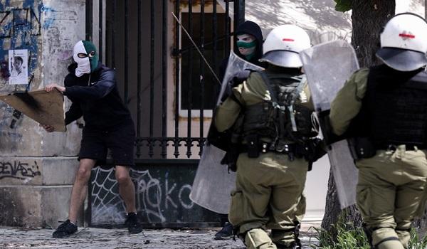 Νύχτα επεισοδίων στην Αθήνα: Μολότοφ γύρω από το Πολυτεχνείο