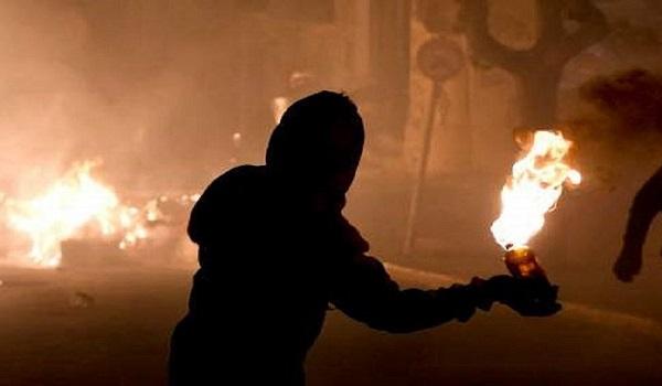 Επεισοδιακή νύχτα με μολότοφ στα Εξάρχεια και τα γραφεία του ΣΥΡΙΖα